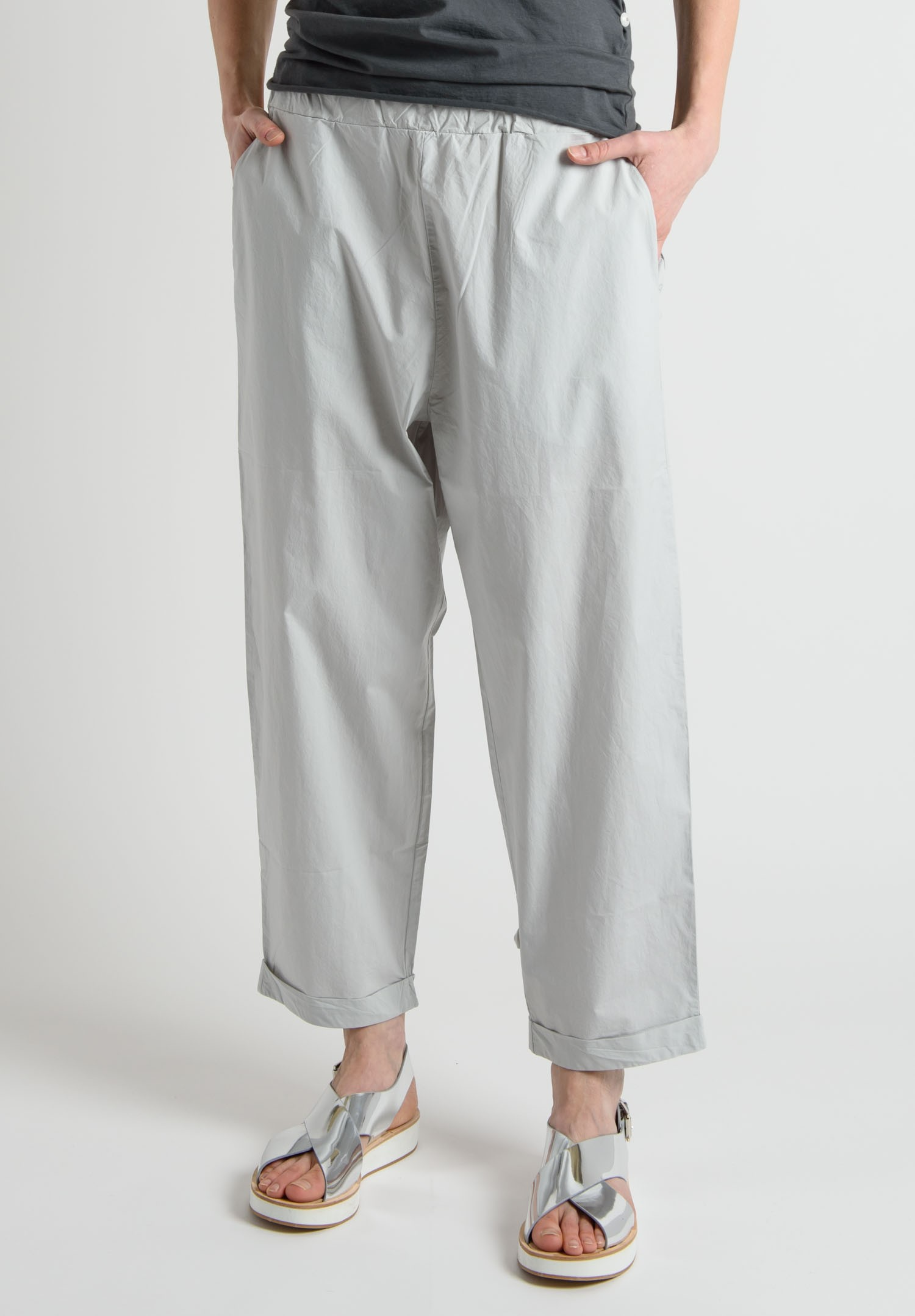 Pull-on pants in woven cotton fabric. Elasticized drawstring waistband and side pockets. Tapered legs with seams at knees and elasticized hems.