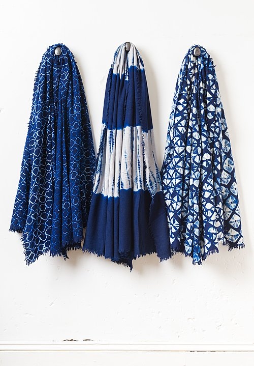 Suzusan Temawashigumo Shibori Throw in Dark Blue/ White
