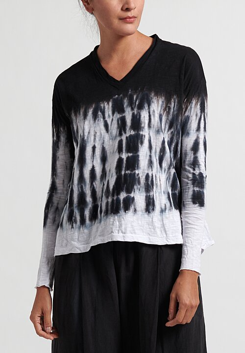 Gilda Midani Pattern Dyed Long Sleeve V-Neck Trapeze Tee in Black